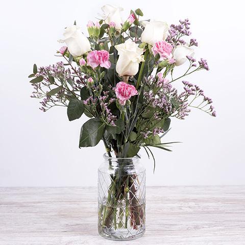 Dulce caricia: Rosas y Claveles