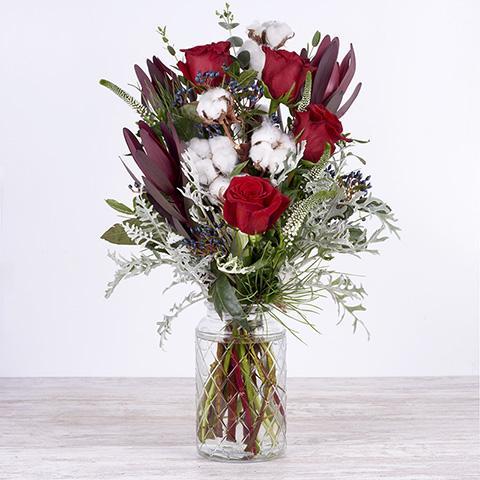 Blanca Navidad: rosas rojas y algodón